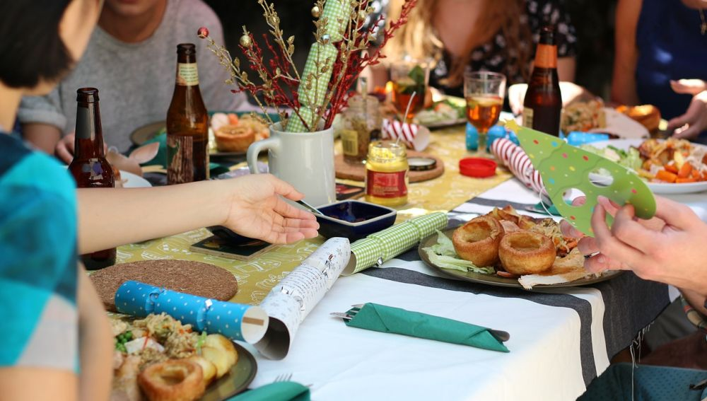 amigos comiendo en una gran mesa