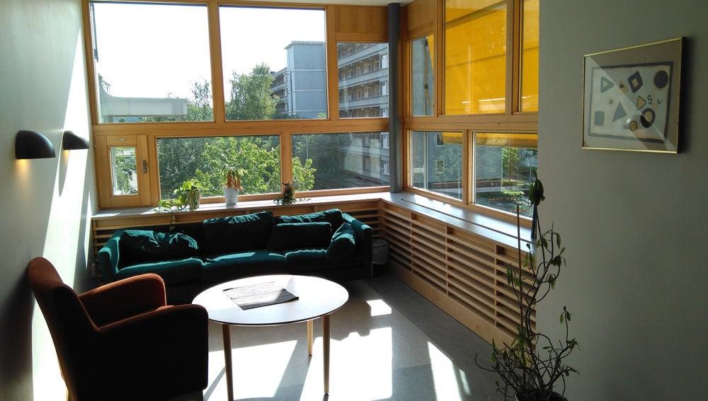 Sala de estar para pacientes en la unidad psiquiátrica del Östra Hospital (Gotemburgo, Suecia) por White Arkitekter. Fotografiado por Laura Cambra Rufino.