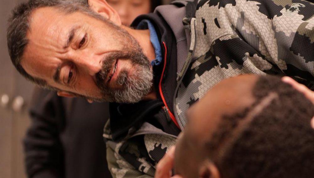 El cirujano Pedro Cavadas observando al paciente tras la operación.