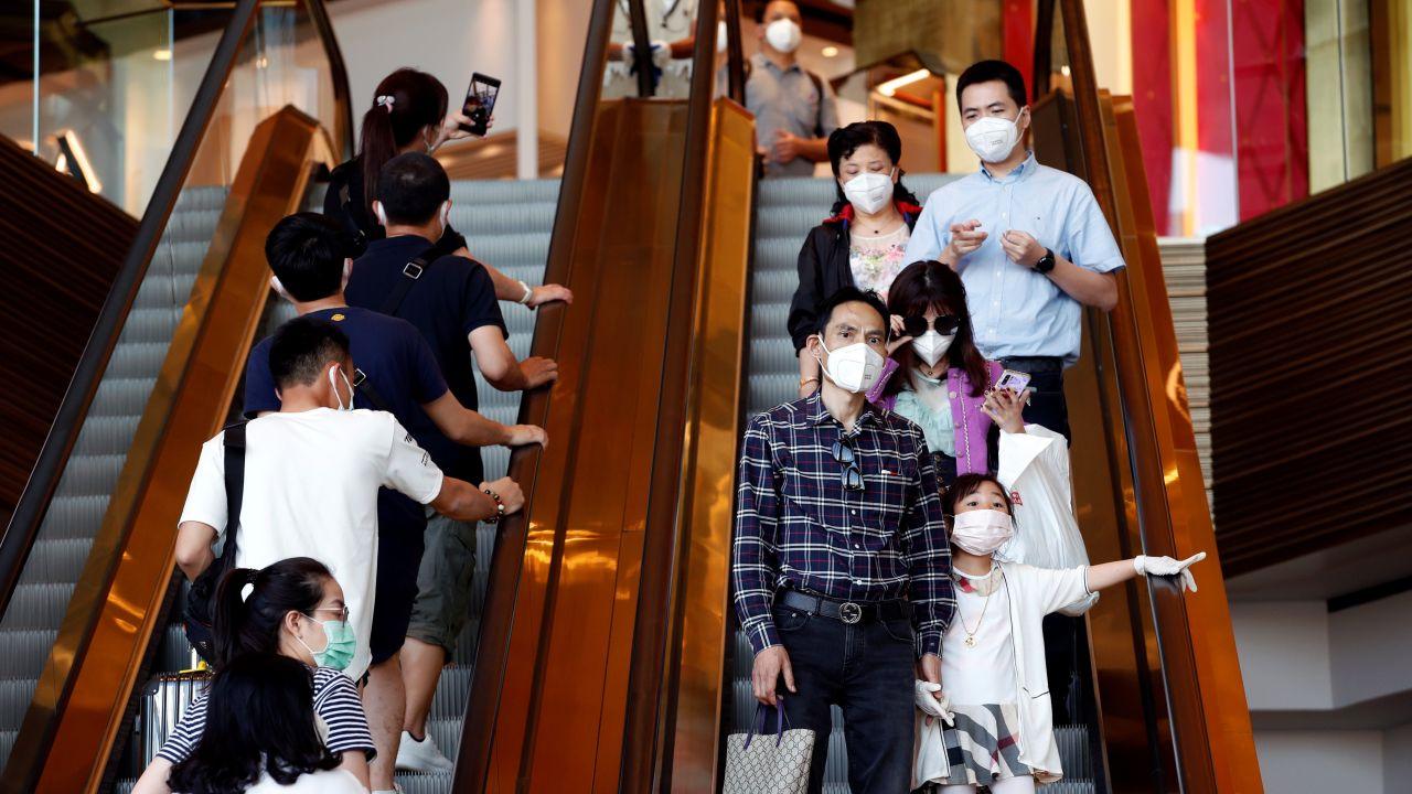 Tailandeses se protegen con mascarillas en un centro comercial en Bankok por el coronavirus