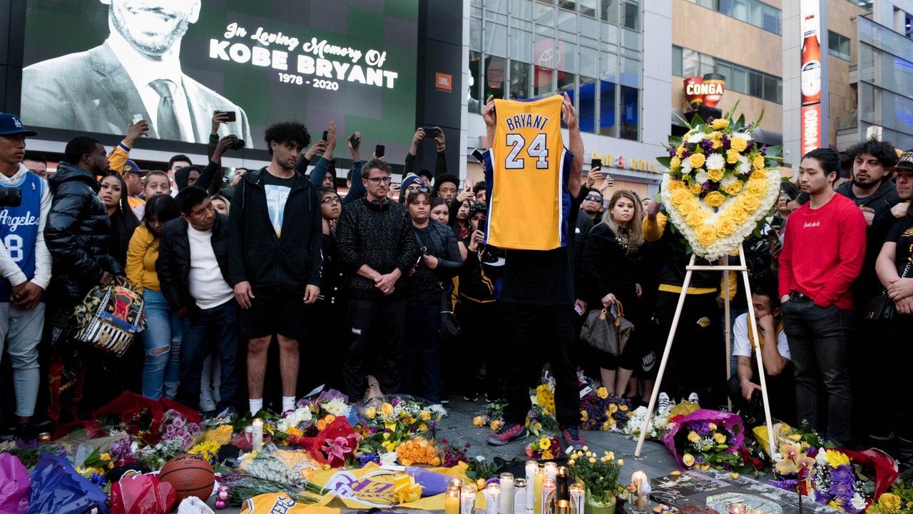 Cientos de aficionados rindiendo homenaje a Kobe Bryant a las puertas del Staples Center