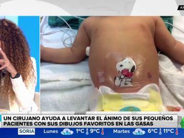 Un cirujano hace dibujos en los apósitos de los niños para animarles tras la operación