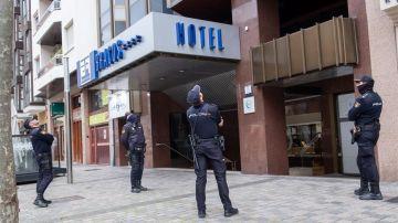 Varios policías observan el techo del hotel de Logroño