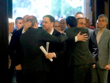 Oriol Junqueras se abraza a Quim Torra a su llegada al Parlament