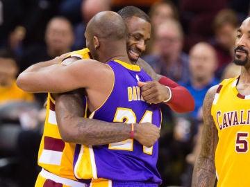 LeBron James y Kobe Bryant se saludan antes de un partido