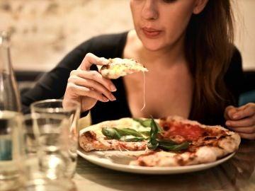 Comiendo pizza