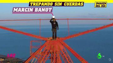 El espeluznante reto del 'hombre araña': asciende un poste de luz de más de 200 metros sin sujeción