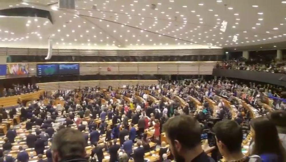 """El Parlamento Europeo despide a los eurodiputados británicos cantando el 'Auld lang syne' (""""no es más que un hasta luego"""")"""