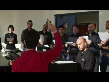Héctor dirige su propia versión del 'Adeste Fideles' con el coro titular del Teatro Real