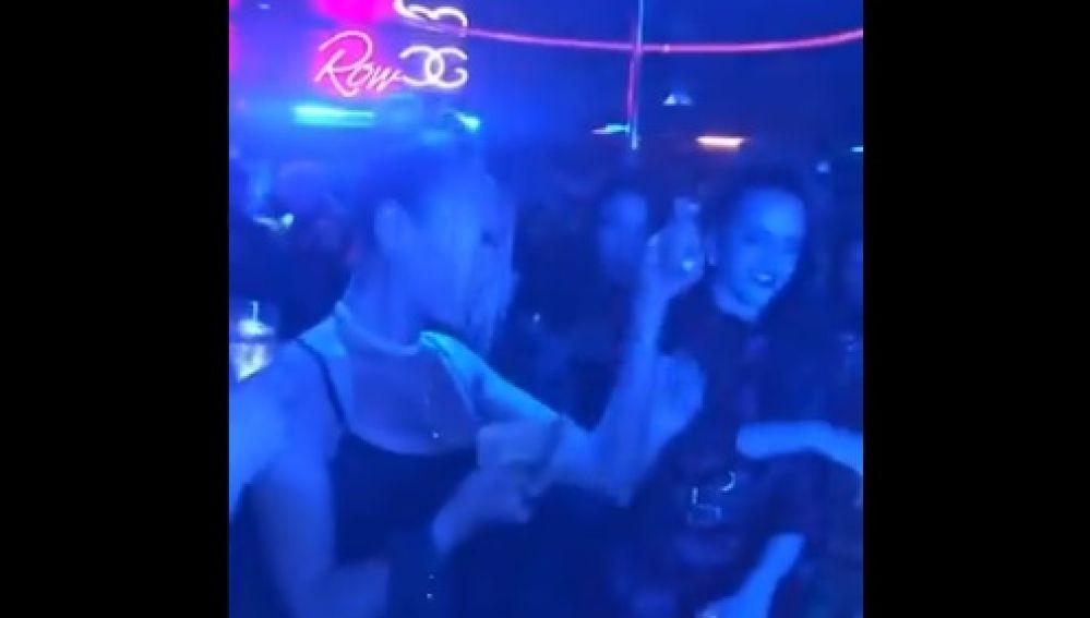 Rosalía y Dua Lipa en un club de striptease