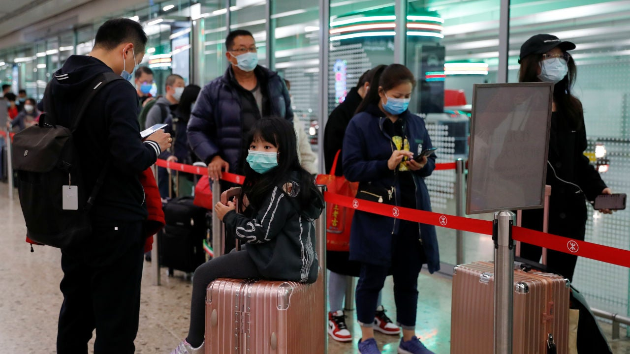 Pasajeros con mascarillas para protegerse del coronavirus
