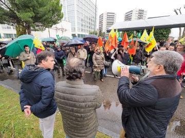 """Alrededor de 200 agricultores y ganaderos de la provincia de Valladolid se concentran frente a la sede de la Delegación del Gobierno en Valladolid para exigir a la sociedad que se ponga fin a la """"demonización y criminalización"""" que el sector sufre en los últimos meses"""