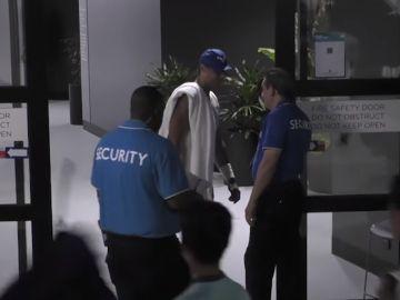 Rafa Nadal con miembros de seguridad del Open de Australia