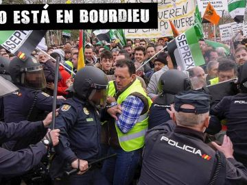 Enfrentamiento entre policía y agricultores durante una protesta en Don Benito