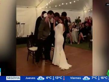 Las emocionantes imágenes de un exjugador de béisbol en silla de ruedas bailando con su esposa el día de su boda