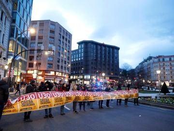 Varios piquetes cortan una avenida en Bilbao, este jueves, durante la huelga convocada en País Vasco y Navarra