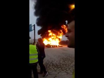 Los agricultores cortan la A-4 en Jaén quemando neumáticos en protesta por la precariedad del sector