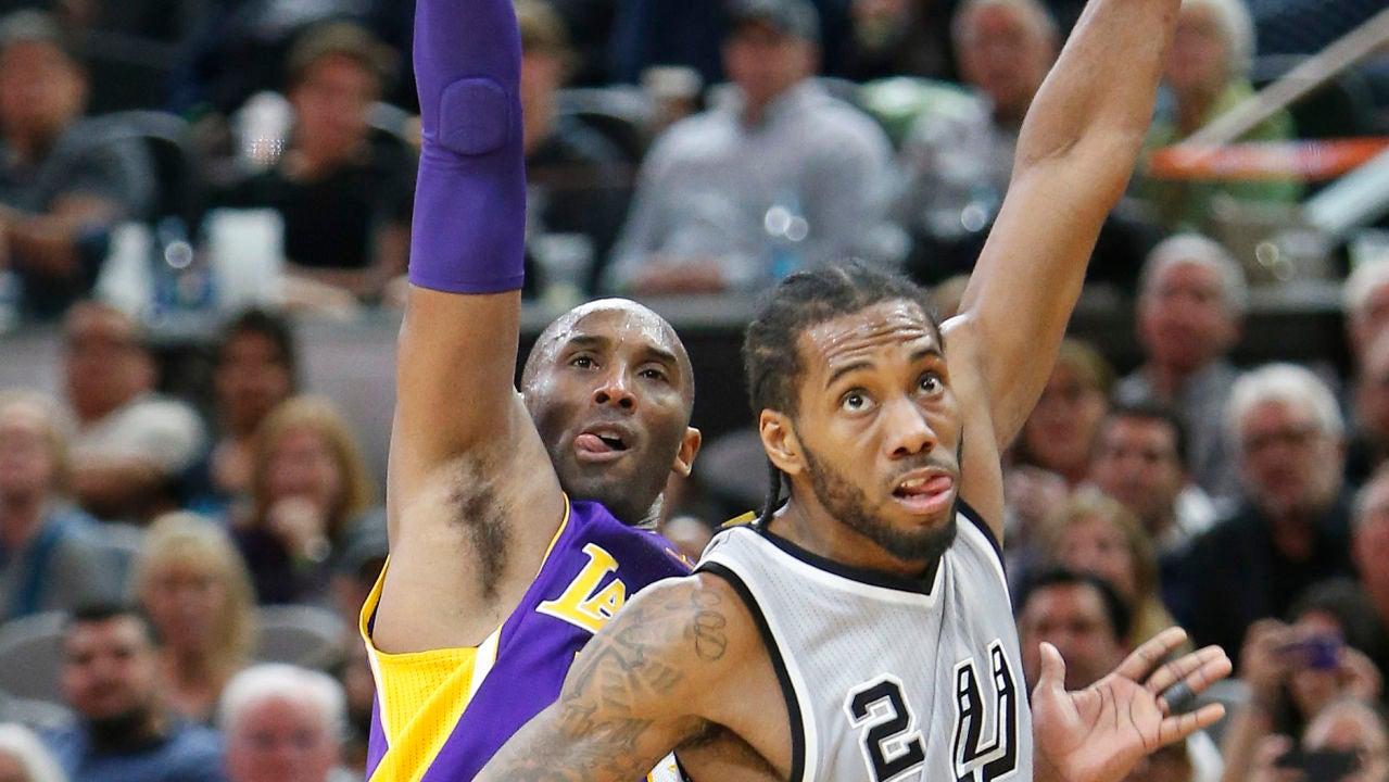 Kobe Bryant lanza a canasta ante la defensa de Kawhi Leonard
