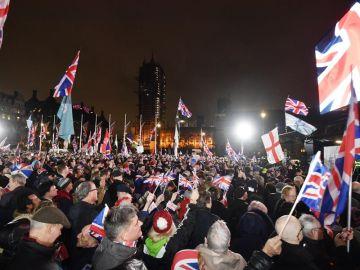 Ciudadanos británicos celebran la salida de la Unión Europea