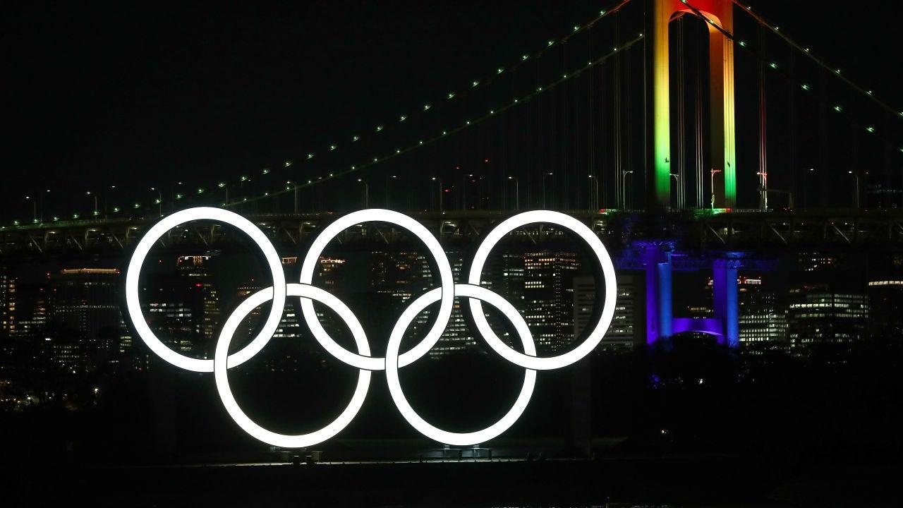 Los anillos olímpicos iluminan Tokio