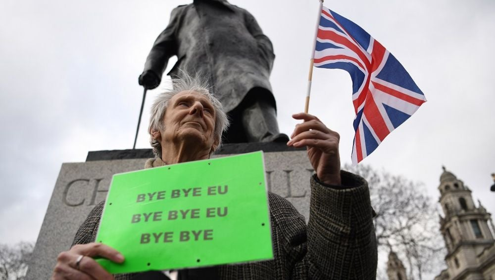 Un partidario del Brexit, frente a la estatua de Winston Churchill