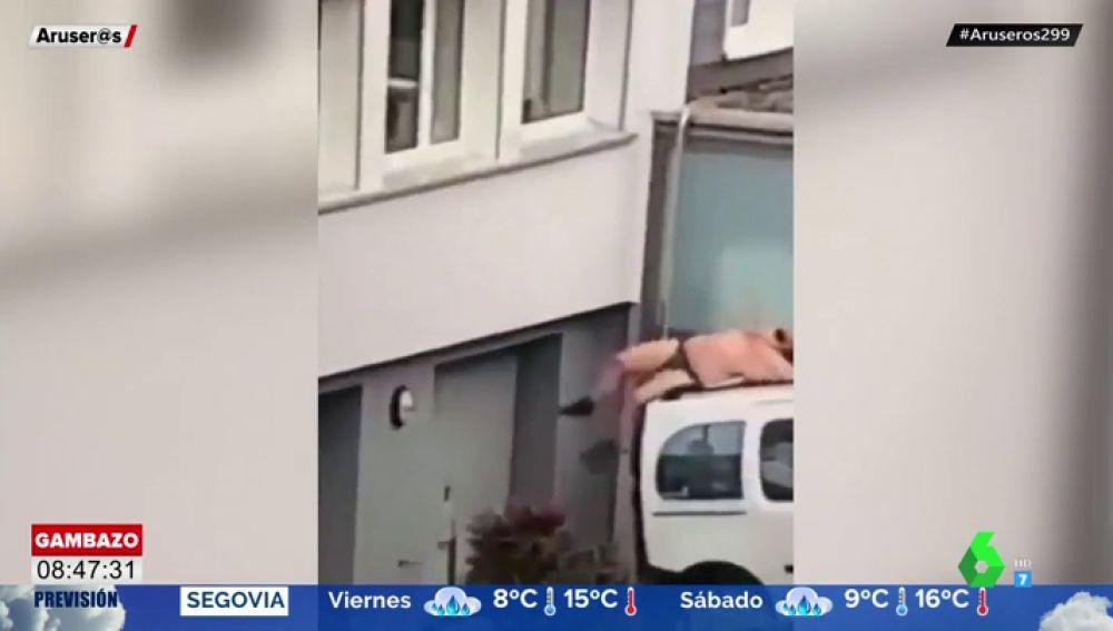 Un hombre en ropa interior se cae por la ventana al intentar esconderse del marido de su amante