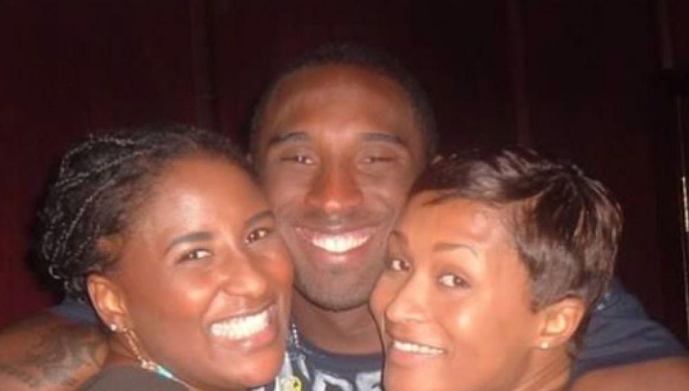 Kobe Bryant, junto a sus hermanas