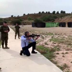 Defensa abre una investigación tras el vídeo de Ortega Smith disparando un fusil en una base de la Brigada Paracaidista