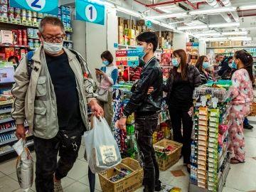Imagen de chinos con mascarillas en un supermercado
