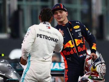 Verstappen saluda a Hamilton en Abu Dabi