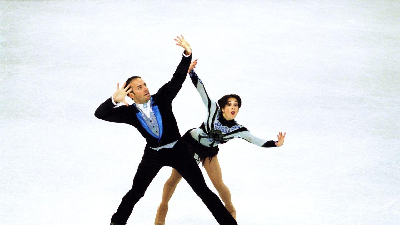 Sarah Abitbol, a la derecha, durante una competición