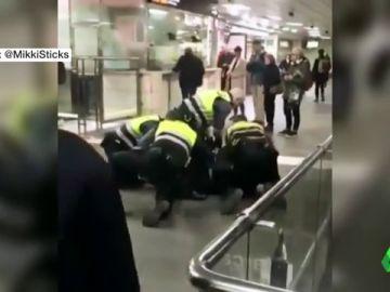 Cuatro vigilantes de Renfe reducen y esposan a un hombre negro tras colarse en la estación Plaza de Catalunya