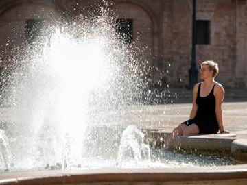 Una persona se refresca en una fuente de Valencia este martes, 4 de febrero