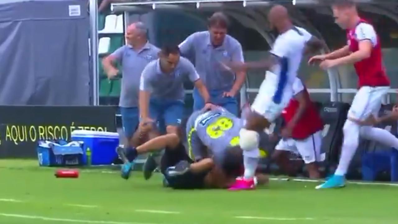 La brutal patada de Bruno Alves a un aficionado