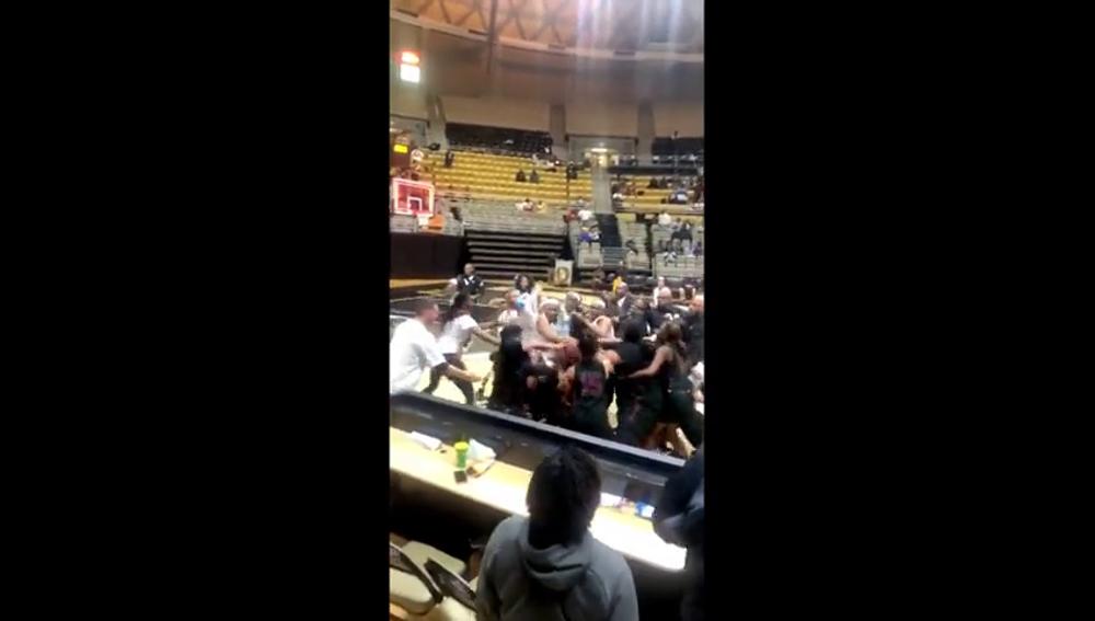 Salvaje pelea en un partido de baloncesto femenino en Estados Unidos
