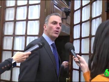 """El inesperado golpe de Ortega Smith frente a los periodistas: """"Espero que esa puerta lleve chaleco antibalas"""""""