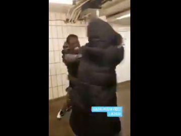 Captura del vídeo de la agresión a una mujer en el metro de Nueva York