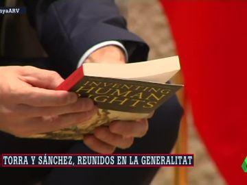 Torra obsequia a Sánchez con dos libros a su llegada al Palau