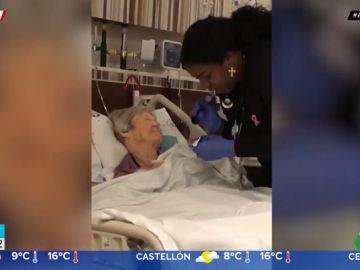 El tierno vídeo de una enfermera cantando a su paciente mientras le da de comer