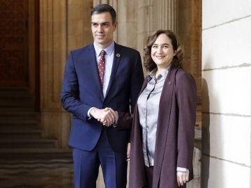Pedro Sánchez y Ada Colau, en su reunión en el Ayunamiento de Barcelona