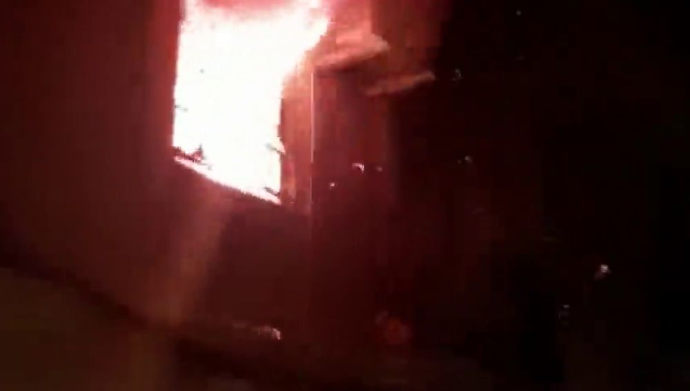 Investigan un incendio en un piso de Barcelona con un hombre atado en su interior