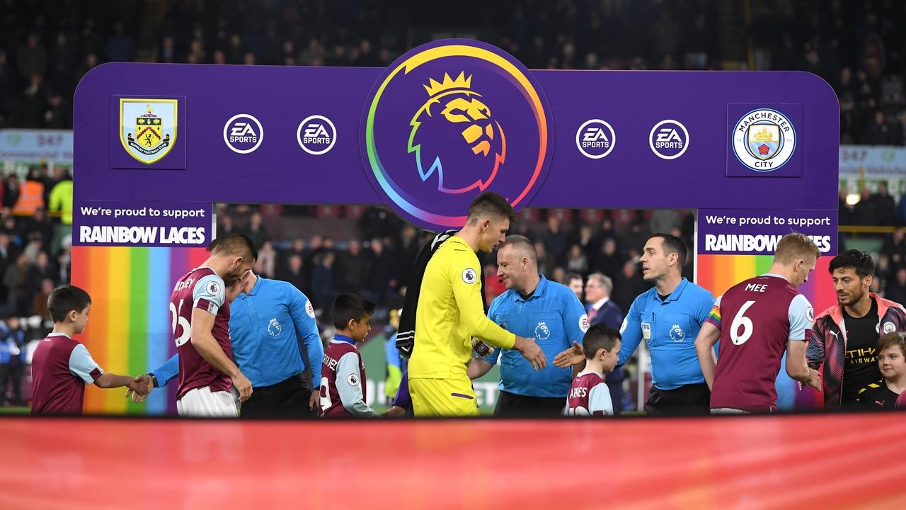 Los jugadores de Burnley y Manchester City se saludan antes de un partido