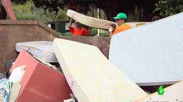 El misterio de los más de 9.000 colchones desechados en Torrevieja llega a los juzgados