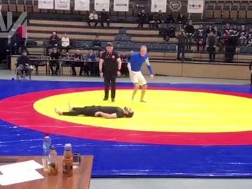 Luchador, tendido en el suelo.