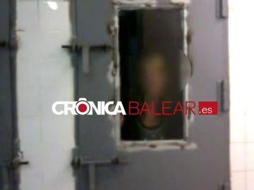 Una policía local de Palma se graba mofándose de una mujer detenida en los calabozos