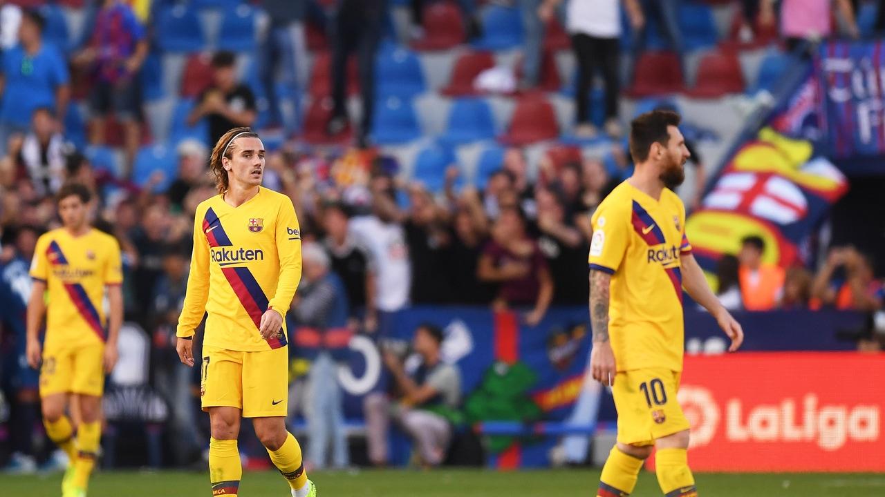 Griezmann, durante un partido del Barça, busca con la mirada a Messi