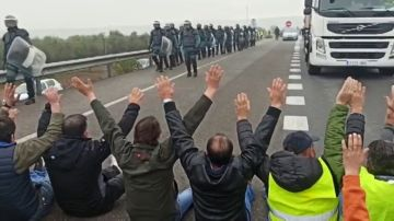 Los agricultores cortan por sorpresa la A-4 en Córdoba en protesta por la crisis del sector