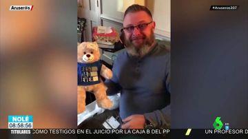 Un regalo muy emotivo: Un padre donó el corazón de su hijo y recibe un peluche con el sonido de sus latidos