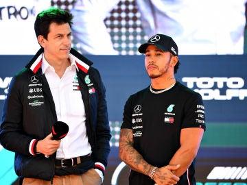 Hamilton y Toto Wolff durante un acto de Mercedes