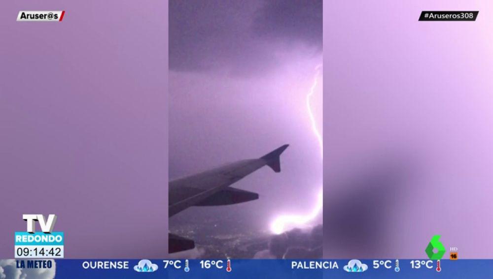 Los pasajeros de un avión captan el momento en el que un rayo cae muy cerca de ellos